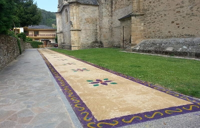 Foto de Villafranca se cubre con alfombras florales